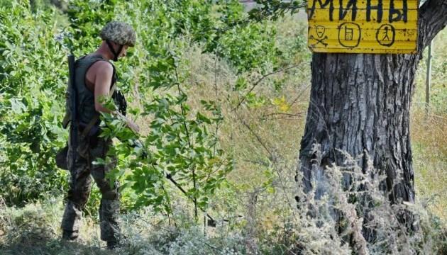 Военные саперы ООС разминируют Новолуганское