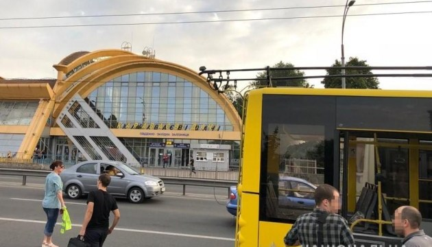 Вооруженный мужчина устроил стрельбу в столичном троллейбусе