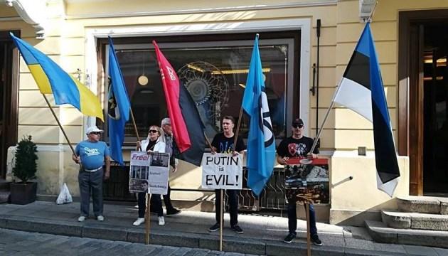 В Таллинне пикетировали посольство РФ в поддержку Сенцова