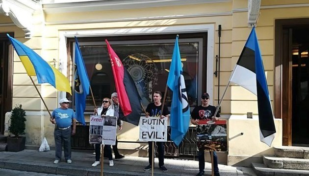 Russian embassy in Tallinn picketed in support of Sentsov. Photos, video