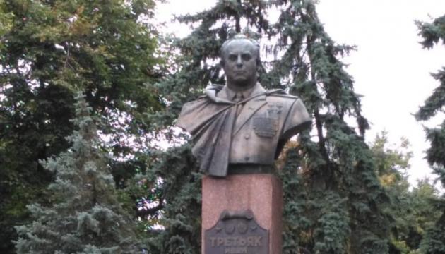 На Полтавщині влада захищає пам'ятник генералу СРСР, який наказав збити