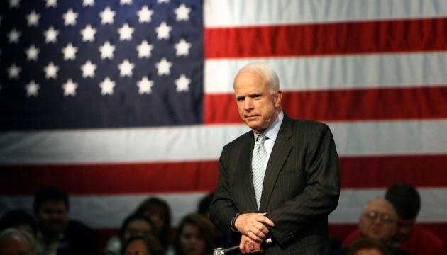 Порошенко просят присвоить Маккейну звание Героя Украины