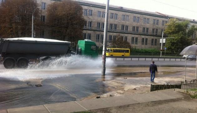 """У Києві через аварію на водопроводі утворилось """"озеро"""""""