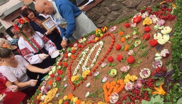 На фестивалі у Коростені спекли 180-кілограмовий дерун-рекордсмен