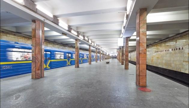 В Киеве останавливали метро из-за падения пассажира на рельсы