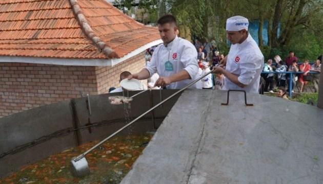 """В """"українській Венеції"""" зварили рекордну рибну юшку"""