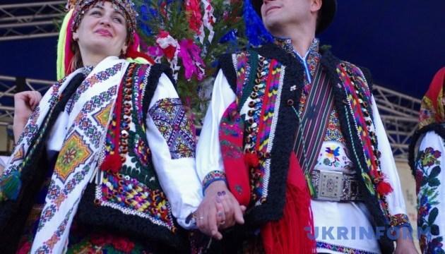 Гуцули з весіллям їдуть до Івано-Франківська
