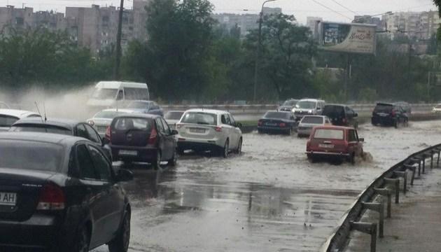 Сильный ливень затопил улицы Запорожья