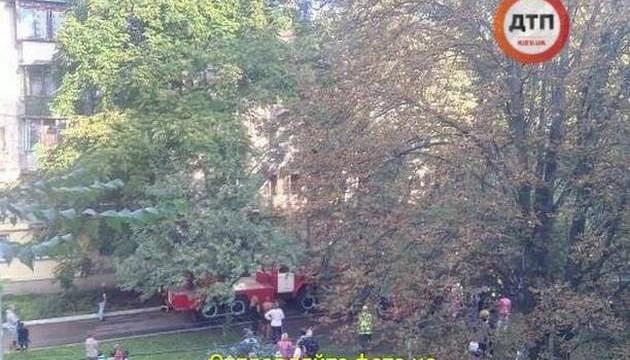 У київській багатоповерхівці пролунав вибух, горять два поверхи