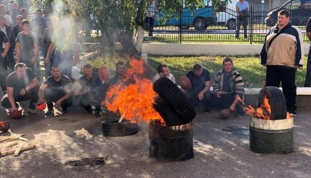 """На десятые сутки протеста шахтеры привезли под """"Волыньуголь"""" бочки и шины"""