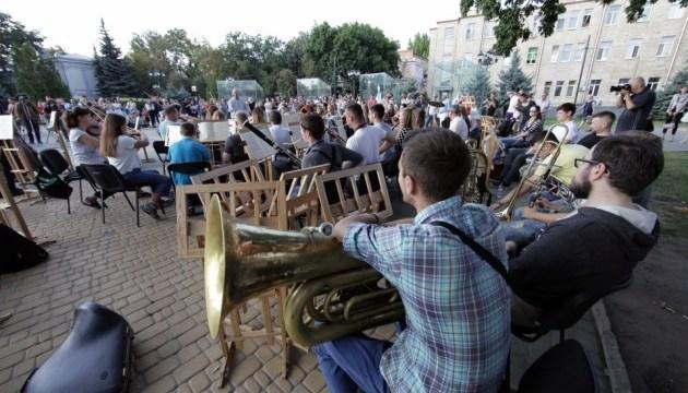 У Харкові симфонічний оркестр зібрався на репетицію посеред вулиці