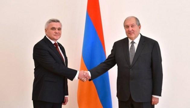 Украинский посол Литвин вручил верительные грамоты президенту Армении