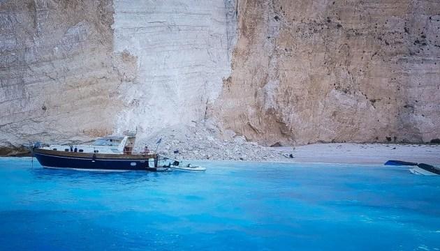 На грецькому острові Закінтос шматок скелі упав на пляж, є поранені