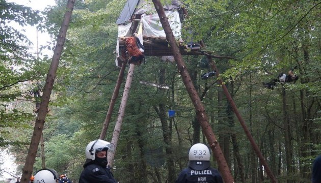 В Германии копы снимали противников угля с деревьев