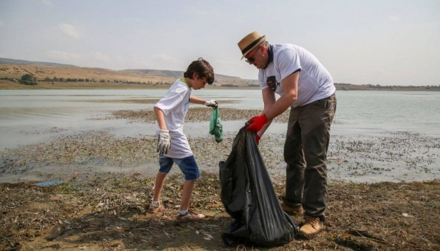 Президент Грузии приобщился к уборке мусора возле Тбилисского моря