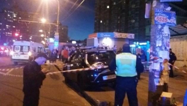 В Киеве такси влетело в остановку: есть травмированные