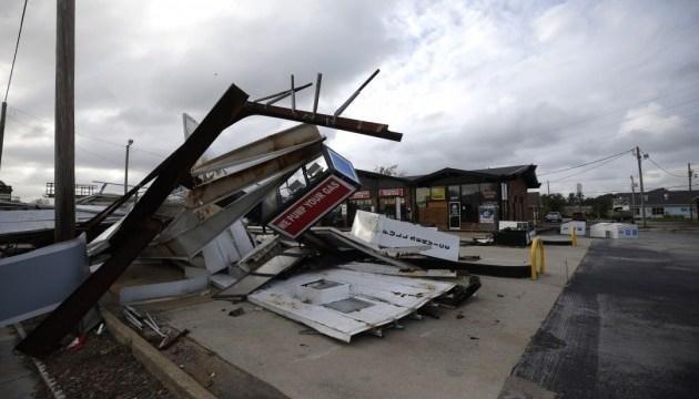 Тысячи поврежденных домов, 17 погибших - США приходят в чувство после