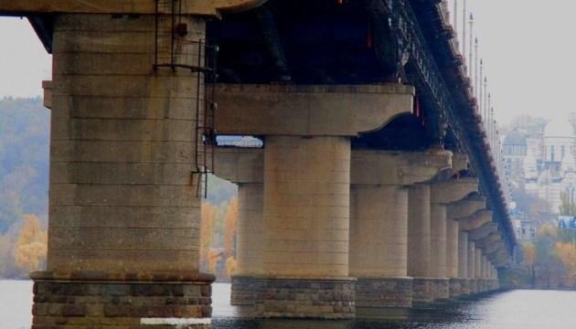 На мосту Патона ремонтують пошкодження, які виникли через відсутність гарячої води