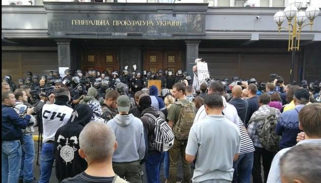 Протест під ГПУ: поліція водою