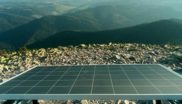 У Карпатах на висоті 1,5 тисячі метрів встановили сонячні панелі та USB-зарядки