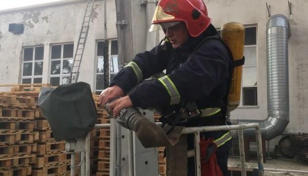 В Житомире горит склад картонного комбината