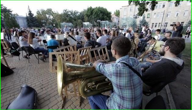 哈尔科夫交响乐团在街道排练