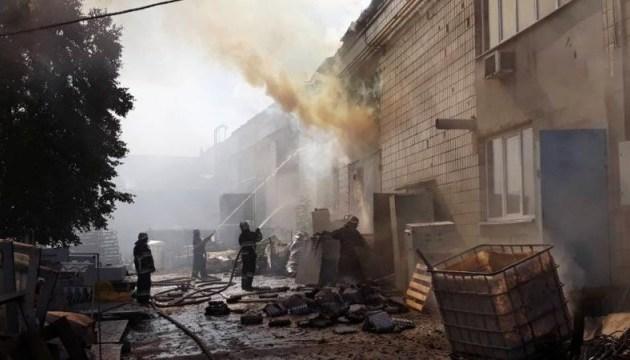 На картонном комбинате в Житомире выгорело 3 тысячи кв. м кровли