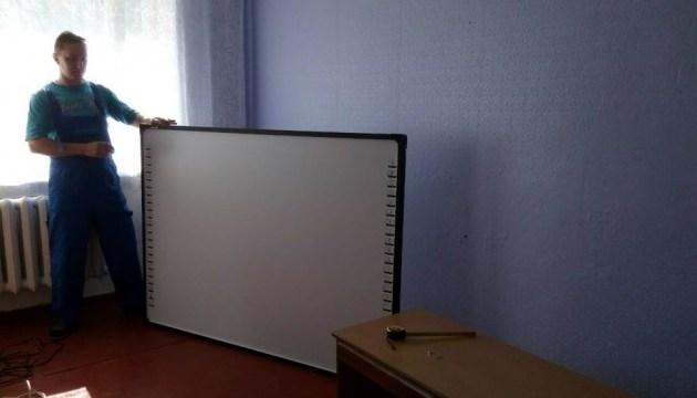 Школи Станично-Луганського району отримають 30 інтерактивних комплексів