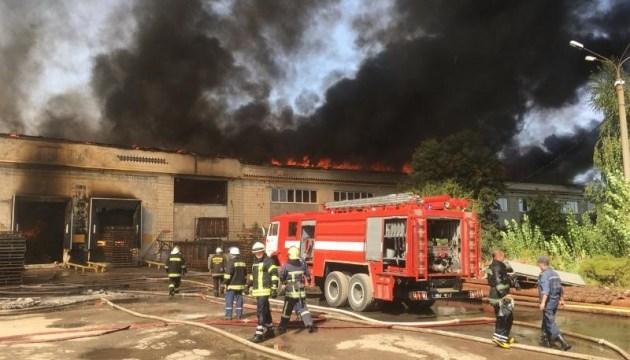 У Житомирі загасили масштабну пожежу на картонному комбінаті