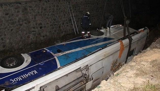 В Турции автобус упал в канал, семеро погибших