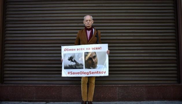 Администрацию Путина третью неделю пикетируют в поддержку Сенцова