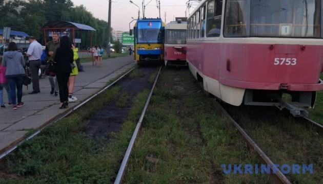 У Києві трамвай зійшов з рейок і врізався у зустрічний