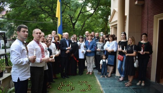 Ukrainians in Qatar and India join international action to commemorate Holodomor victims. Photos