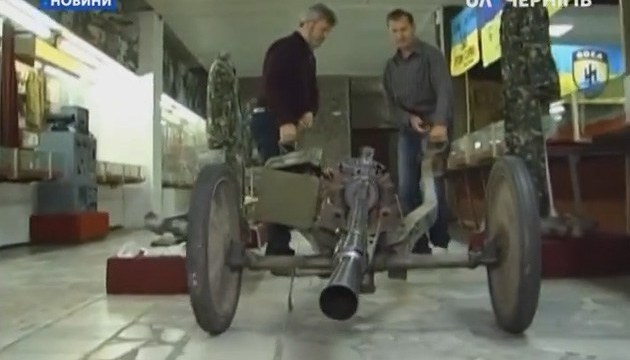Музейщики привезли на фестиваль в Днипро пулеметный станок и черепа