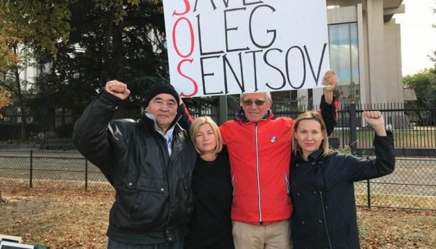 Благодарна активистам за поддержку Сенцова - Геращенко пришла под посольство РФ в Париже
