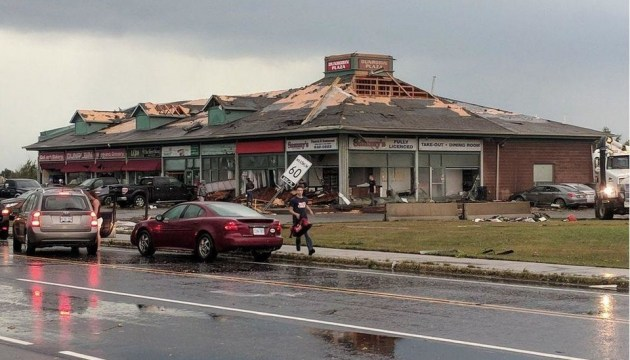 Столицею Канади пронісся потужний торнадо - немає світла, зруйновані будинки