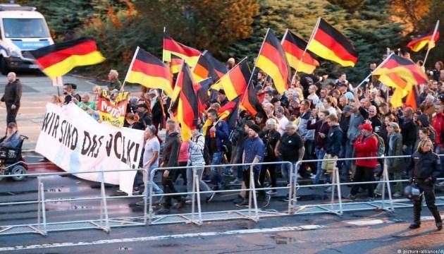 Демонстранты в Хемнице забросали камнями и яйцами офис Левой партии