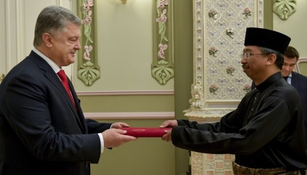 Poroshenko receives credentials from ambassadors of five countries
