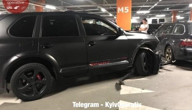 Футболіст на Porsche влетів у стовп на київській парковці