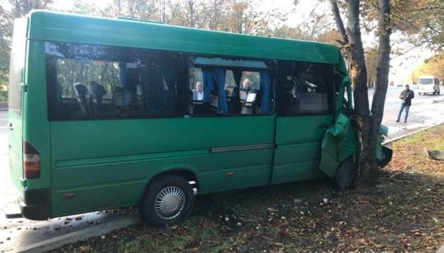 Криворожская маршрутка врезалась в дерево, 11 травмированных