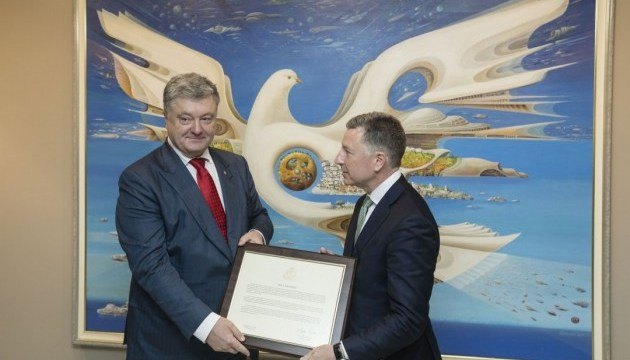 Volker gives Poroshenko a copy of Crimea Declaration