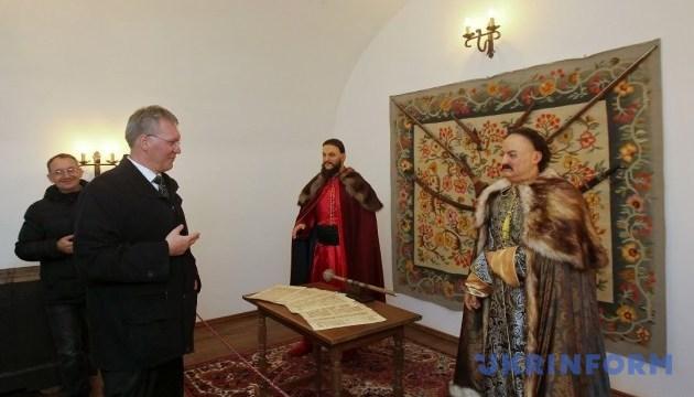 Воскові гетьмани збільшили потік відвідувачів Батуринського заповідника