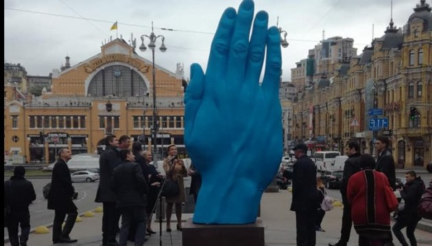В центре Киева установили гигантскую руку