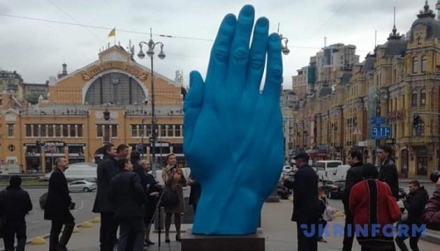 Une main géante installée au centre de Kyiv (photos)