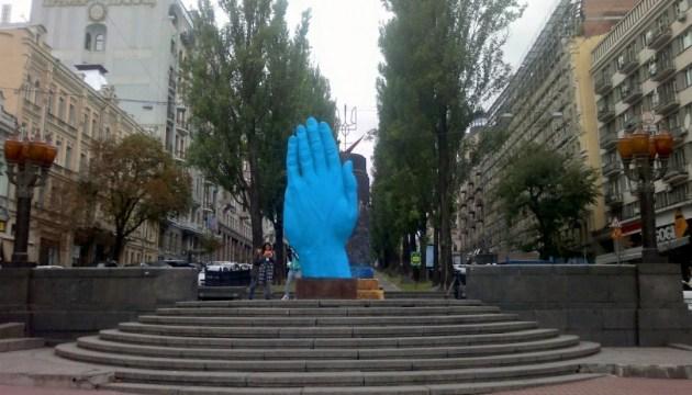 Рука Кремля или Аватара? - соцсети обсуждают новый арт-объект в Киеве
