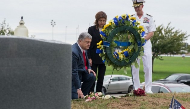 Порошенко с женой почтили память Джона Маккейна
