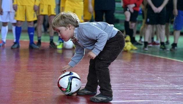 Молодежь с синдромом Дауна будет кормить футболистов на благотворительном турнире