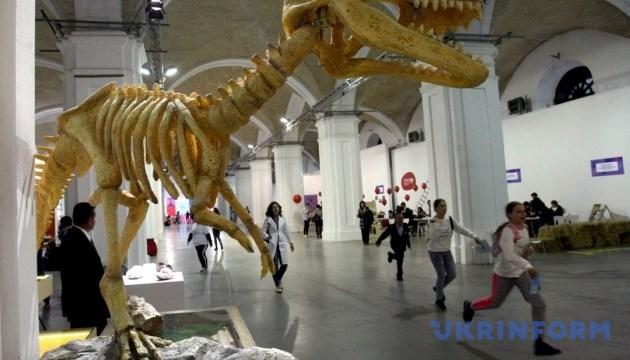 Рекордный герб, сенсационные артефакты и динозавр в Киеве