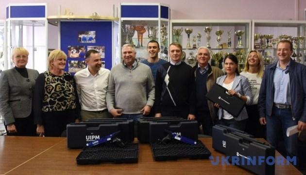 Спортшколы Киева получили лазерное оборудование от Федерации современного пятиборья