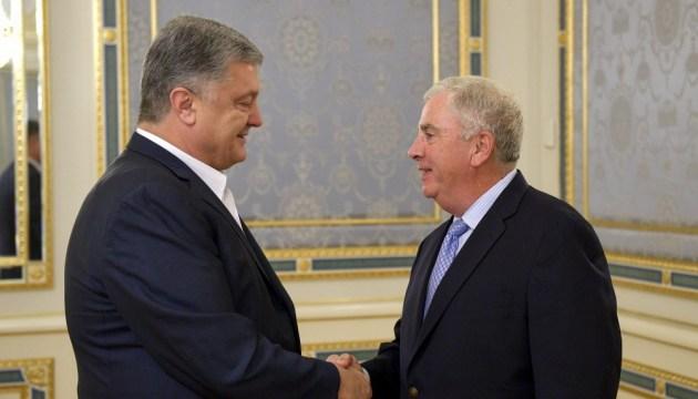 Порошенко поблагодарил генерала США за работу для Украины